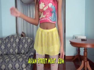 Парень трахает девушку с восточной внешностью во все дырки дома