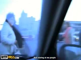 Сексуальная девушка трахается с негром на улице в пизду