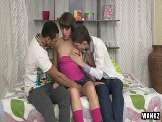 Девушка сосёт два члена одновременно у двух мужчин на диване дома  hd