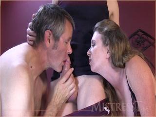 Секс втроём со зрелыми женщинами - брюнетку трахает мужик