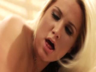 Порно видео зрелой бабы в чулках и молодого человека дома на диване
