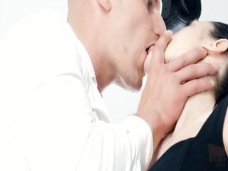 Девушка занимается сексом со своим парнем на кровати дома, получая удовольствие от процесса