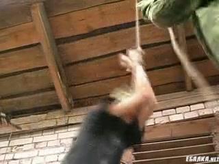 Секс видео с двумя девушками и одним парнем в спортзале, где они ебутся втроем