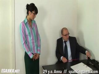 Порно видео с начальницей, которая любит секс в попу со своими сотрудниками на рабочем столе