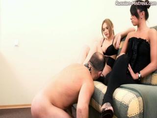 Молодая девушка трахнула мужика в чулках и довела до оргазма