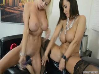 Красивые голые лесбиянки занимаются сексом на диване в гостиной комнате, получая оргазм