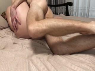 Сексуальная зрелая блондинка сосёт член молодому человеку на диване