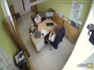 Секс-видео директора и молодой девушки в офисе на столе, где он трахает ее пизду
